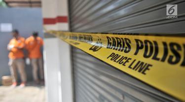 Tempat kejadian perkara (TKP) pembunuhan satu keluarga di Bojong Nangka II, Bekasi, Jawa Barat, Rabu (21/11). Sejumlah personel kepolisian melakukan penjagaan di TKP pembunuhan. (Merdeka.com/Iqbal Nugroho)