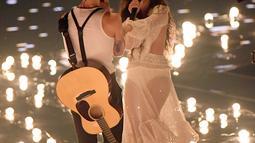 Shawn Mendes dan Camila Cabello saat tampil di atas panggung MTV VMA's 2019 di New Jersey, AS (26/8/2019). Cabello tampil dengan gaun putih lengan panjang dengan rambut digerai. (Mike Coppola/Getty Images for MTV/AFP)