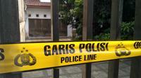 Rumah korban pembunuhan dipasang garis garis polisi (Merdeka.com/ Ronald)