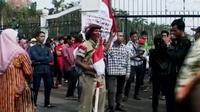 Warga dilarang masuk Monas untuk mengikuti upacara bendera. Sambut HUT ke-70 RI, warga Sidoarjo menggelar upacara di kolam lumpur lapindo.