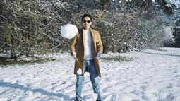 Putra kedua Khofifah ini sudah lama tinggal di Beijing, China untuk menuntut ilmu. Saat bermain salju pun penampilannya terlihat modis. (Liputan6.com/IG/@yoomrj)