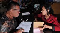 Anggota Komisi III DPR RI asal Fraksi PDI Perjuangan, Masinton Pasaribu membawa barang bukti kasus gratifikasi RJ Lino untuk dilaporkan ke penyidik KPK, Jakarta, Selasa (22/9/2015).  (Liputan6.com/Andrian M Tunay)