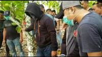 Terduga teroris saat diminta untuk menunjukan tempat ia menyembunyikan bom jenis TNT. (foto : Liputan6.com /Fauzan)