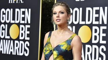 Penyanyi Taylor Swift berpose saat menghadiri Penghargaan Golden Globe Tahunan ke-77 di The Beverly Hilton Hotel di Beverly Hills, California (5/1/2020). Taylor Swift tampil cantik mengenakan gaun motif bunga. (Frazer Harrison/Getty Images/AFP)