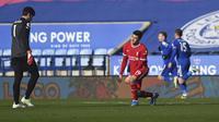 Blunder fatal yang dilakukan dikarenakan tidak ada komunikasi yang baik antara Ozan Kabak dan Allison Becker membuat James Vardy dengan mudah menjebol gawang Liverpool. (Foto: AP/Pool/Michael Regan)