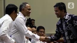 Kepala BNN Komjen Heru Winarko (tengah) bersalaman dengan anggota DPR saat mengikuti rapat kerja dengan Komisi III di Gedung Nusantara II, Jakarta, Kamis (21/11/2019). Rapat membahas rencana strategis BNN dan BNNP serta hasil pemeriksaan BPK semester I tahun 2019. (Liputan6.com/JohanTallo)