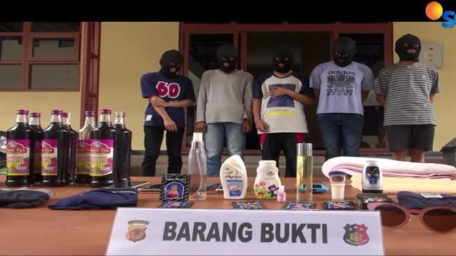 Satu orang ditetapkan sebagai tersangka, pasca penggerebekan pesta seks kaum gay, di sebuah Villa kawasan Cipanas puncak, Jawa Barat.