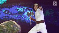 Gaya pemeran 'Wiro Sableng', Vino Bastian usai berhasil mencabut kapak yang tertancap di batu dalam acara IBOMA 2018 di STUDIO 6 EMTEK CITY, Jakarta, Jumat (23/3). (Liputan6.com/Herman Zakharia)