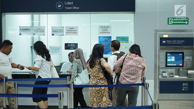 Penumpang mengantre di loket Stasiun MRT Bundaran HI, Jakarta, Jumat (24/5/2019). Transportasi massal MRT mulai beroperasi penuh kembali pascaaksi aksi 22 Mei menolak hasil Pemilu 2019 yang terjadi di Gedung Bawaslu beberapa hari terakhir. (Liputan6.com/Immanuel Antonius)