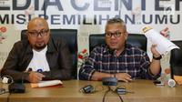 Ketua KPU Arief Budiman (kanan) dan Komisioner Ilham Saptra saat jumpa pers di kantor KPU, Jakarta, Minggu (8/7). KPU RI menerima hasil rekapitulasi perolehan suara dari 111 daerah yang menyelenggarakan pilkada 27 Juni. (Liputan6.com/Herman Zakharia)