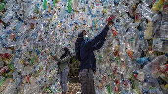 FOTO: Instalasi Sampah Plastik Buatan Aktivis Lingkungan di Gresik
