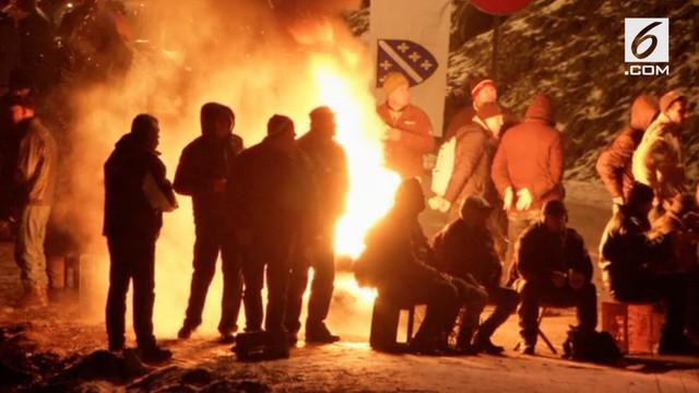 Pemblokiran jalan raya utama di Bosnia oleh veteran perang 1992-1995 menyebabkan ratusan pengendara terjebak di jalan.