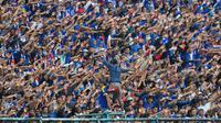 Aksi Aremania saat uji coba Arema melawan Timnas Indonesia U-22 di Stadion Kanjuruhan, Kabupaten Malang (10/2/2019). (Bola.com/Iwan Setiawan)