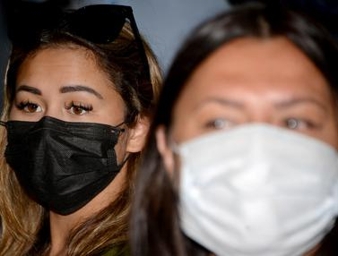 Ekspresi Bule Rusia yang Lukis Masker di Wajah Saat Dideportasi