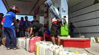Perjuangan Warga Palu untuk Memperoleh BBM Usai Gempa dan Tsunami. (Liputan6.com/Ady Anugrahadi)