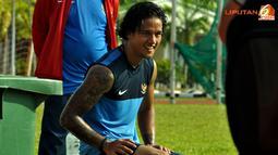 Irfan Bachdim bersantai usai latihan di Lapangan Inspen, Putrajaya, Malaysia. jumat 30 November 2012.
