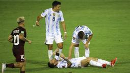 Akibatnya, kaki Luis Martinez justru mengarah ke tulang kering Lionel Messi. Alhasil, bintang PSG ini tersungkur dan mengerang kesakitan. (Foto: AP/Miguel Gutierrez, Pool)