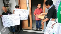 Sejumlah jurnalis dari AJI Yogyakarta menggelar aksi unjuk rasa di depan Kantor Tempo Biro Jateng-Yogyakarta, (26/2). Aksi di gelar sebagai bentuk solidaritas atas atas pemecatan koresponden Tempo di Jayapura. (Liputan6.com/Boy Harjanto)