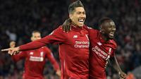 Pemain Liverpool, Naby Keita berselebrasi dengan rekannya, Roberto Firmino setelah mencetak gol ke gawang Porto dalam leg pertama perempat final Liga Champions di Stadion Anfield, Rabu (10/4/2019). Liverpool mengalahkan Porto 2-0 melalui sumbangan Naby Keita dan Roberto Firmino. (Paul ELLIS / AFP)