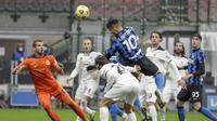 Lautaro Martinez menyundul bola pada pertandingan Liga Italia antara Inter Milan dan Spezia, di Stadion San Siro di Milan, Italia, Minggu, 20 Desember 2020. (Foto AP / Luca Bruno)