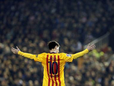 Pemain Barcelona, Lionel Messi, saat tampil melawan Valencia pada laga La Liga Spanyol di Stadion Mestalla, Spanyol, Sabtu (5/12/2015). Barcelona ditahan imbang 1-1. (EPA/Kai Foersterling)