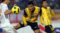 Malaysia's Mohd Safee Bin Mohd Sali  performs a header during the AFF Suzuki Cup's semi-final (second round) in Hanoi on December 18, 2010. Malaysia defeated Vietnam 2-0 after two semi-final matches. PHOTO/HOANG DINH Nam