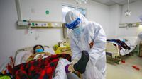 Dokter memeriksa kondisi pasien kritis virus corona atau COVID-19 di Rumah Sakit Jinyintan, Wuhan, Provinsi Hubei, China, Kamis (13/2/2020). Data terbaru tanggal 14 Februari 2020 menunjukkan jumlah korban tewas akibat virus corona mendekati angka 1.500. (Chinatopix Via AP)