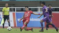 Gelandang Kalteng Putra, Dendi Agustan, menghalau bola saat melawan Persita Tangerang pada laga Liga 2 di Stadion Pakansari, Jawa Barat, Selasa (4/12). Kalteng menang 2-0 atas Persita. (Bola.com/M. Iqbal Ichsan)