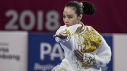 Atlet wushu Indonesia, Lindswell, saat beraksi pada Asian Games di JIExpo, Jakarta, Minggu, (19/8/2018). Sukses mengumpulkan poin tertinggi, atlet cantik ini berpeluang meraih emas dari nomor Taijiquan dan Taijijian. (Bola.com/Vitalis Yogi Trisna)