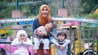Zaskia Adya Mecca bersama anak-anaknya.
