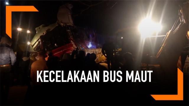 Sebuah bus kecelakaan karena menabrak jurang kecil di Skopje, Makedonia. Kejadian ini sebabkan 13 orang tewas dan 30 lainnya luka-luka.