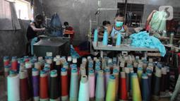 Aktivitas penjahit saat menyelesaikan pembuatan busana muslim di Cipayung, Depok, Kamis (22/04/2021). Kawasan UMKM konveksi di seputar Cipayung dan Bulak Timur Depok produksinya meningkat disebabkan permintaan busana menjelang lebaran. (merdeka.com/Arie Basuki)