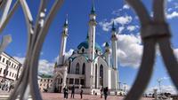 Wisatawan mengunjungi masjid Kul-Sharif di Kazan, Rusia, 9 Juni 2018. Masjid yang terletak pusat kota Kazan, ibu kota Republik Tatarstan ini merupakan salah satu masjid yang terindah di dunia. (AFP PHOTO/SAEED KHAN)