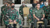 Serda Aprilia Manganang (kanan) didampingi KSAD Jendral TNI Andika Perkasa menjalani sidang perubahan status jenis kelamin dan pergantian nama di Pengadilan Negeri Tondano secara virtual di Mabes TNI AD, Jakarta, Jumat (19/3/2021). (Liputan6.com/Faizal Fanani)