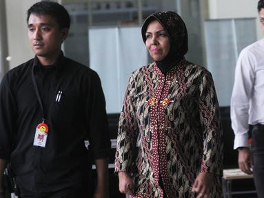 Wakil Ketua Umum Partai Demokrat, Nurhayati Ali Assegaf seusai menjalani pemeriksaan di gedung KPK, Jakarta, Selasa (26/6). Nurhayati diperiksa sebagai saksi untuk tersangka Made Oka Masagung dan Irvanto Hendra Pambudi Cahyo. (Merdeka.com/Dwi Narwoko)