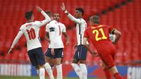 Striker Timnas Inggris Marcus Rashford (tengah) dan Mason Mount merayakan golnya ke gawang Belgia pada matchday ketiga Grup 2 A UEFA Nations League di Stadion Wembley, London, Minggu (11/10/2020). (AP Photo / Ian Walton, Pool)