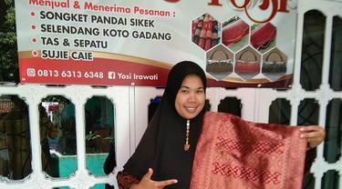 Pengusaha kain songket Yosi Irawati (43) asal Bukit Tinggi, Sumatera Barat. Foto: Dok Pribadi
