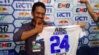 Pelatih PSCS, Jaya Hartono memamerkan jersey pemberian bekas anak asuhnya di Persib, Hariono. (Bola.com/Vincentius Atmaja)