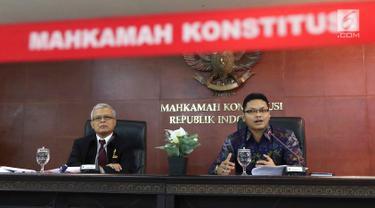 Kepala Biro Humas dan Protokol MK Rubiyo (kiri) dan Jubir MK Fajar Laksono (kanan) menjelaskan angket KPK di Gedung MK, Jakarta, Kamis (15/2). MK menyatakan, KPK lembaga negara yang bukan termasuk ranah kekuasaan kehakiman. (Liputan6.com/Angga Yuniar)