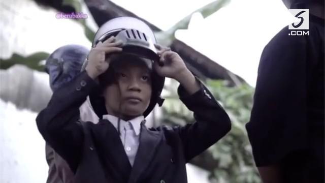 Sekumpulan bocah memparodikan aksi Presiden Joko Widodo naik moge saat Opening Ceremony Asian Games 2018. Begini aksi kocak para bocah tersebut!