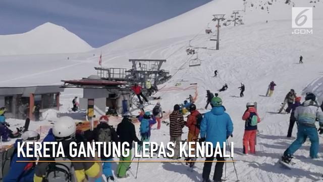 Sebanyak 10 orang turis terluka karena terlempar dari kereta gantung yang rusak saat hendak bermain ski.