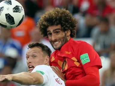 Pemain timnas Inggris, Ashley Young berebut bola dengan pemain Belgia, Marouane Fellain pada laga terakhir Grup G di Stadion Kaliningrad, Kamis (28/6). Belgia menutup fase grup Piala Dunia 2018 dengan kemenangan 1-0 atas Inggris. (AP/Czarek Sokolowski)