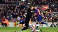 Luis Suarez saat mengecoh kiper Real Mallorca lewat tembakan kaki tumit (Josep Lago/AFP)