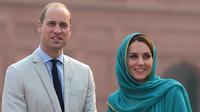 Pangeran William dan Kate Middleton mengunjungi Masjid Bahashi yang bersejarah di Lahore, Pakistan, Kamis (17/10/2019). Sementara Pangeran William tampil formal dengan setelan jas krem dipadu kemeja dusty blue serta dasi hitam. (Photo by AAMIR QURESHI / AFP)