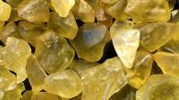 Liontin kaca berwarna kuning yang dipakai oleh Raja Tutankhamun. (iStock)
