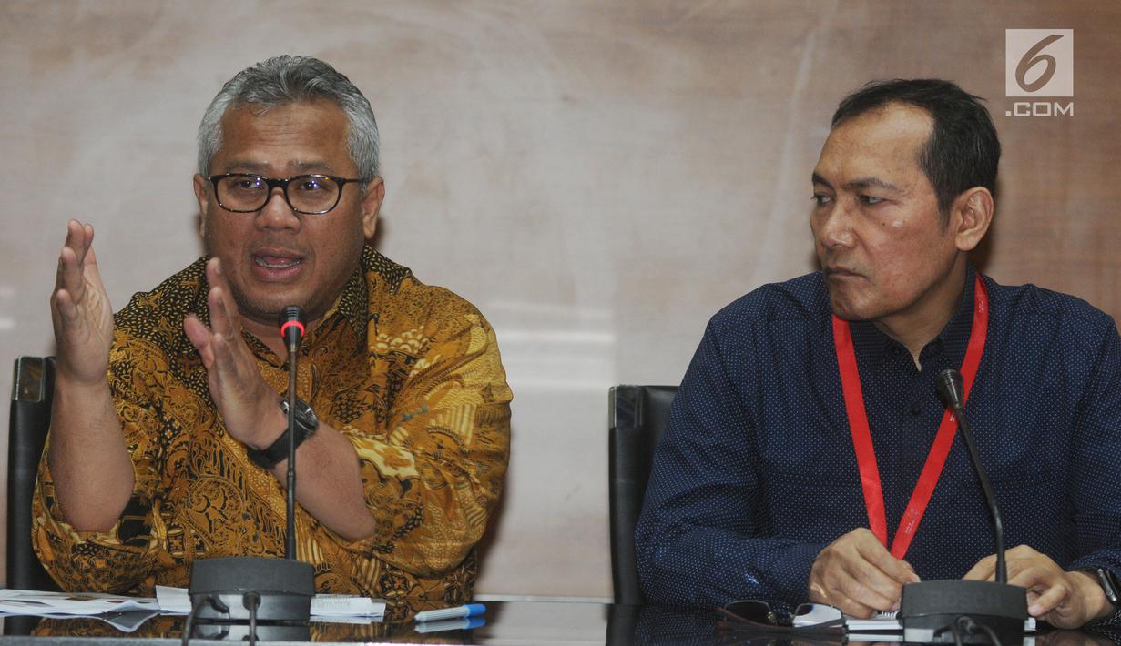 Ketua KPU Arief Budiman (kiri) dan Wakil Ketua KPK Saut Situmorang (kanan) memberi keterangan terkait kerja sama LHKPN di Gedung KPK, Jakarta, Senin (8/4). KPU dan KPK mengumumkan nama-nama anggota legislatif yang telah memberikan LHKPN. (merdeka.com/Dwi Narwoko)