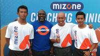 Jacksen Tiago menyempatkan diri berbagi ilmu dan pengalaman dihadapan puluhan pelatih sekolah sepakbola (SSB) pada acara coaching clinic Mizone di Makassar, Minggu (28/3/2021). (Bola.com/Abdi Satria)
