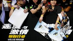 Penggemar menunggu kedatangan Jason Statham dan Dwayne Johnson selama red carpet dalam premiere film 'Fast & Furious: Hobbs & Shaw' di Beijing, China, Senin (5/8/2019). Hobbs and Shaw menempatkan dua aktor laga papan atas, Jason Statham dan Dwayne Johnson sebagai pemeran utama. (AP Photo/Andy Wong)