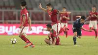 Para pemain Timnas Indonesia U-19 saat berebut bola dengan pemain Jepang U-19 pada laga uji coba di Stadion Utama GBK, (24/3/2018). Indonesia U-19 Kalah 1-4. (Bola.com/Nicklas Hanoatubun)