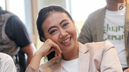 Aktris Asri Welas saat syukuran menjelang syuting film Keluarga Cemara di kawasan Gunawarman, Jakarta, Kamis (4/1). Film ini bercerita tentang keluarga yang terdiri dari Abah, Emak, Euis, Ara dan Agil. (Liputan6.com/Herman Zakharia)